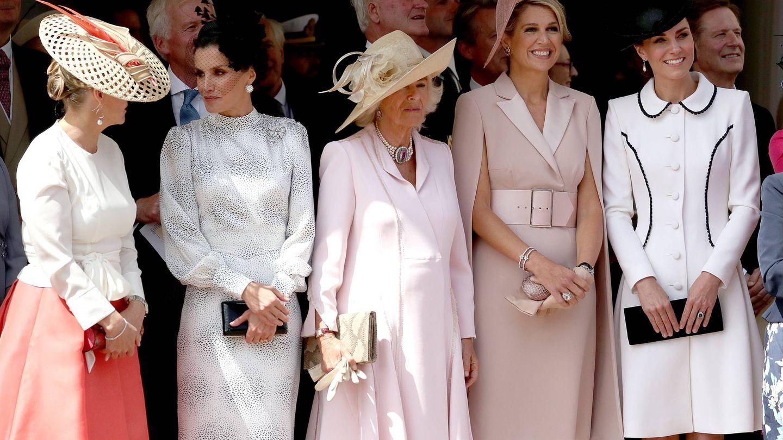 La Reina con las demás damas reales. (CP)