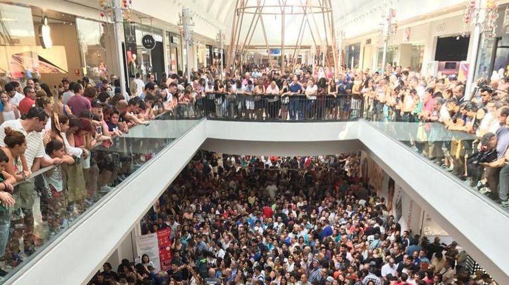 Foto: Miles de personas colapsan la tienda en su inauguración.