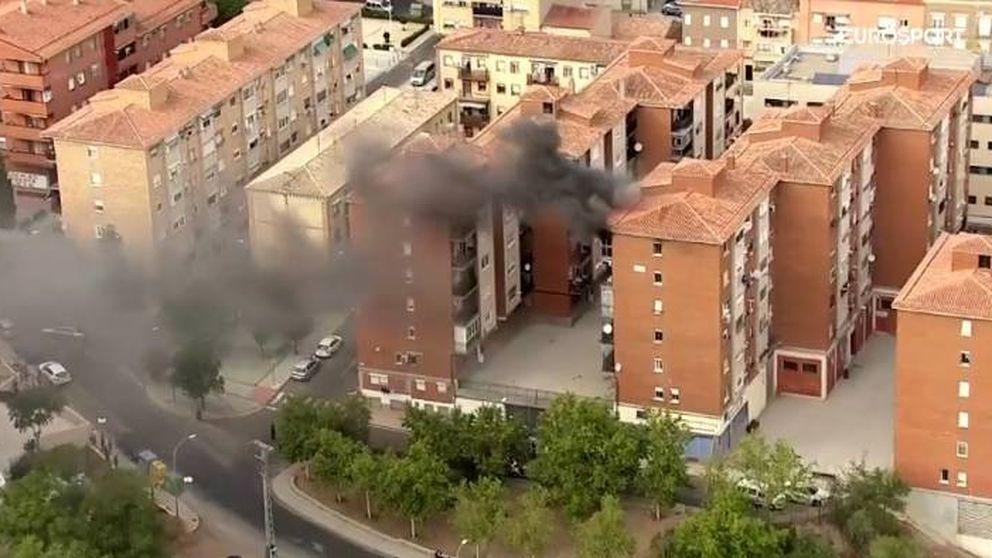 El helicóptero de la Vuelta capta en directo el incendio de un piso en Toledo