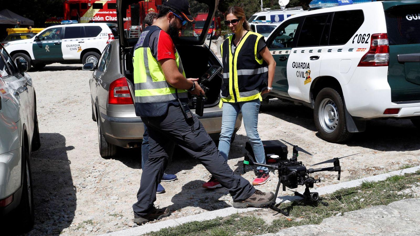 Foto: Miembros de la Policía Nacional utilizan un dron en las labores de búsqueda de Blanca Fernández Ochoa. (EFE)