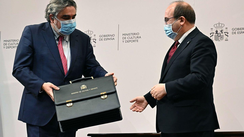 Iceta (d) recibe la cartera ministerial de manos de su antecesor, Uribes (i). (EFE)