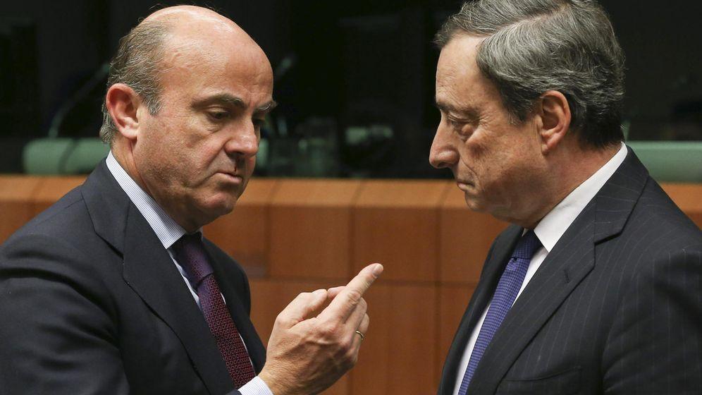 Foto: Luis de Guindos y Mario Draghi. (Efe)