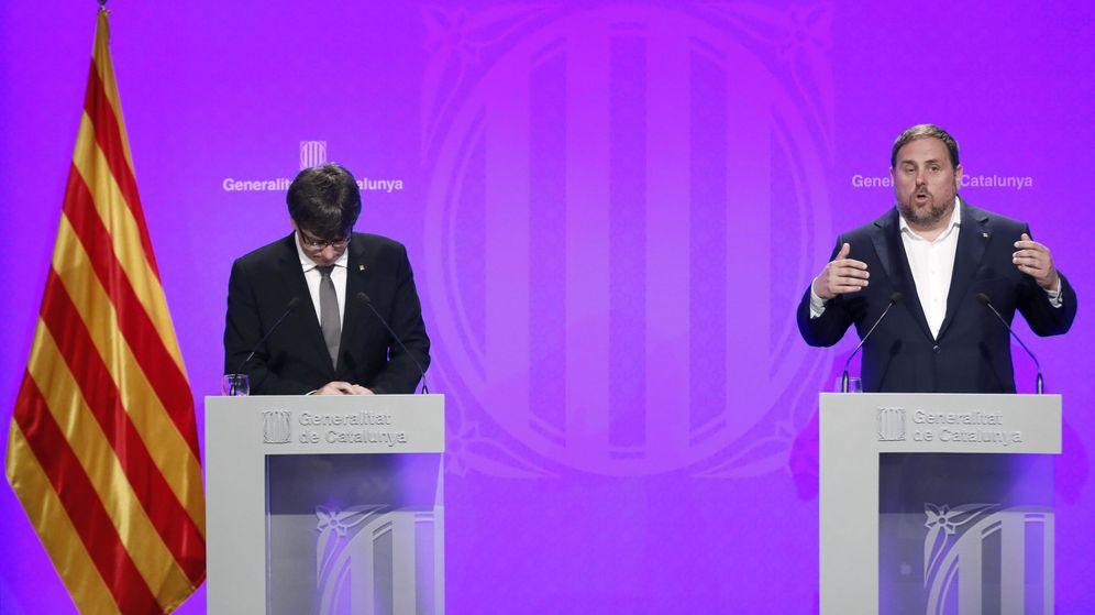 Foto: El presidente de la Generalitat de Cataluña, Carles Puigdemont (i), junto al vicepresidente, Oriol Junqueras (d). (EFE)