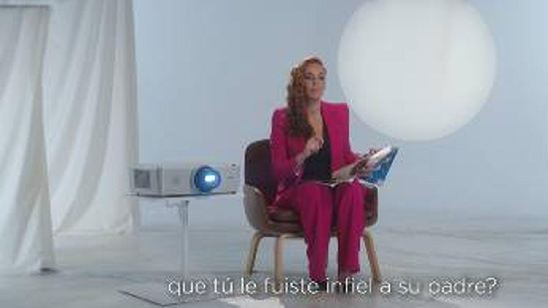 Rocío Carrasco muestra su entrevista. (Mediaset)
