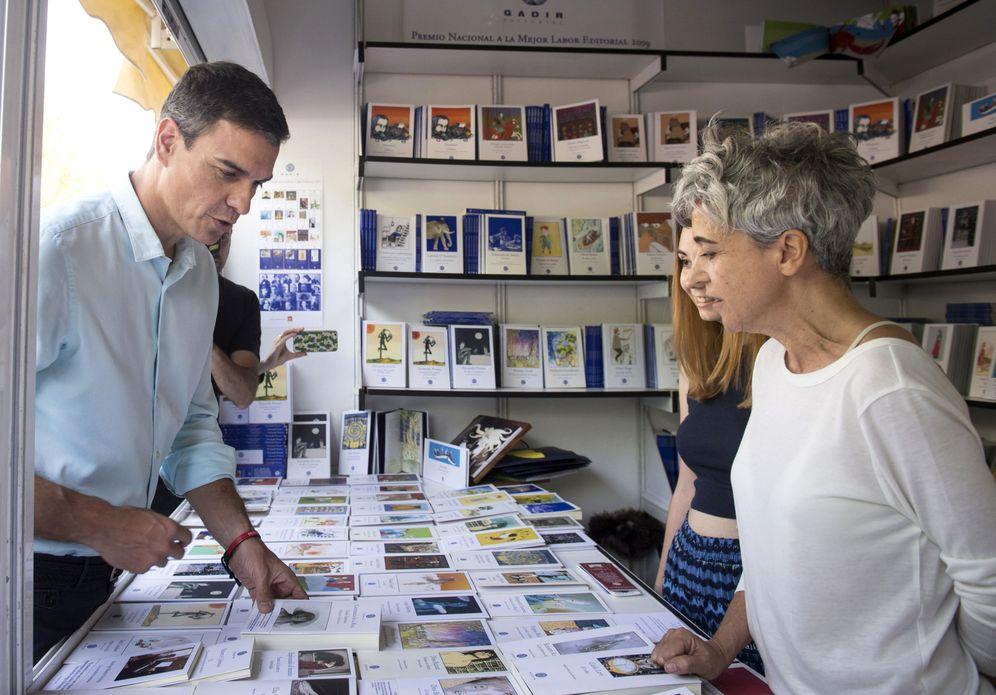 Foto: Pedro Sánchez, este 1 de junio, durante la visita a la Feria del Libro de Madrid, en el parque del Retiro. (EFE)