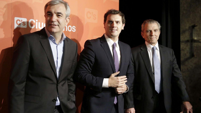 Foto: El presidente de Ciudadanos, Albert Rivera (c), junto a los economistas Luis Garicano (i) y Manuel Conthe (d) (Efe)