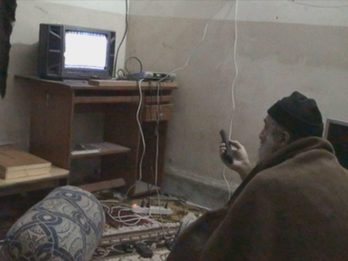 Foto: Osama Bin Laden ve la televisión en Abbottabad. (CIA)