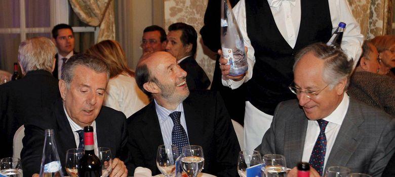 Foto: Fotografía de archivo de Rubalcaba (c), el vicepresidente de Caixabank (d) y Javier Godó. (EFE)