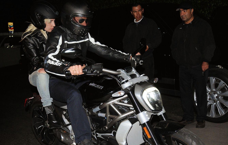 Foto: Bradley Cooper y Lady Gaga, paseo en moto y cena rockera