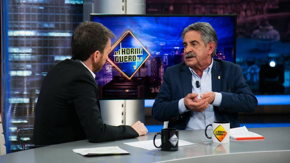 Foto: Pablo Motos y Miguel Ángel Revilla, en 'El Hormiguero'. (Atresmedia)