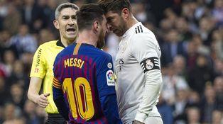 Al despedido Álvaro Benito también le pareció roja a Ramos por golpear a Messi