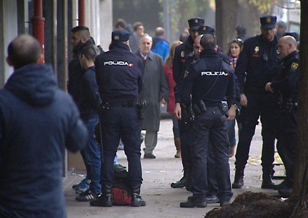 Foto: Imagen de varios policías patrullando las calles. (EFE)