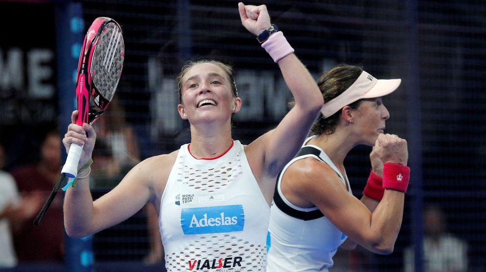 Foto: Marta Ortega (en primer plano) y Marta Marrero celebran su triunfo en el Estrella Damm Valencia Open del World Padel Tour. (EFE)