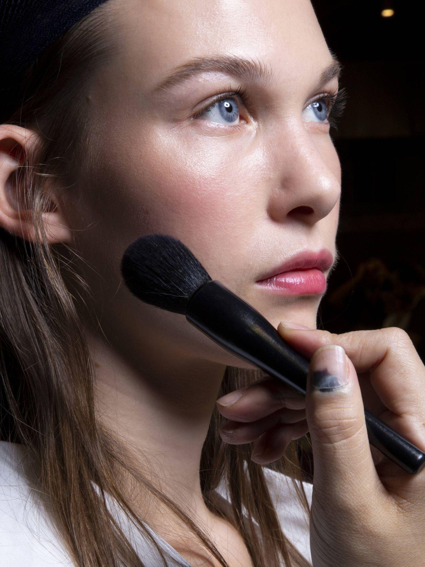 El cepillado a diario de la piel ayuda a mejorar la apariencia de los poros o devolver la luminosidad, entre otros beneficios. (Imaxtree)