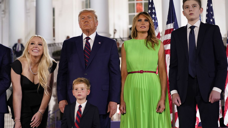 El presidente Donald Trump, con parte de su familia aceptando la nominación republicana para las próximas elecciones. (EFE)
