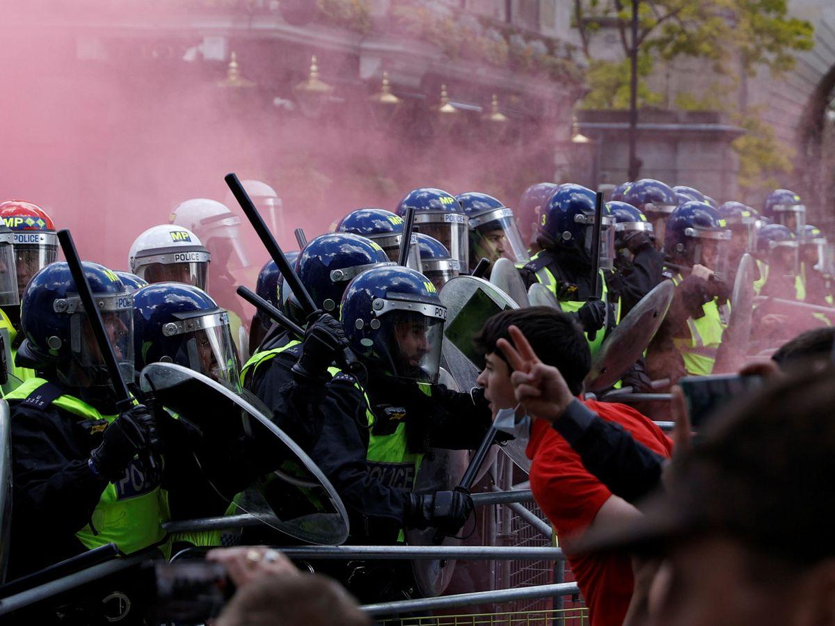 Foto: Disturbios entre la policía londinense y los manifestantes contrarios a la protesta de Black Lives Matter. (Reuters)