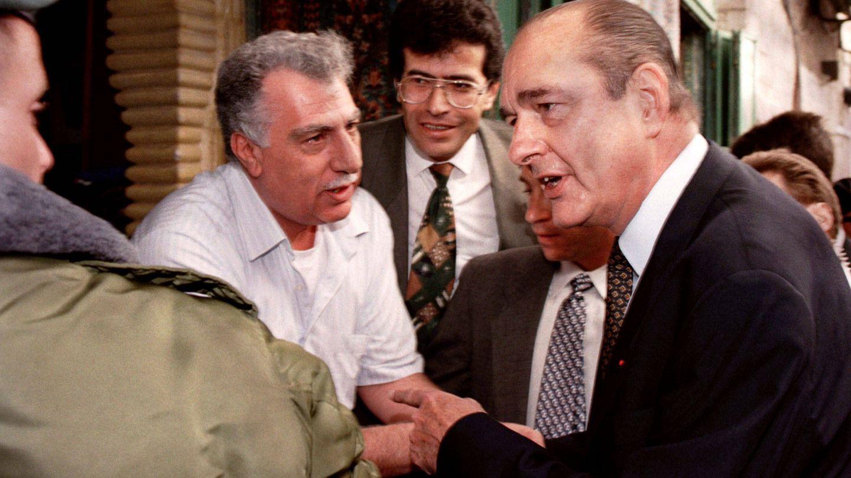 Jacques Chirac pide a un soldado isarelí que se aparte cuando trata de hablar con un comerciante árabe en la Ciudad Vieja de Jerusalén. (Reuters)