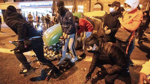 Un fotógrafo herido por el impacto de una botella en la octava noche de disturbios