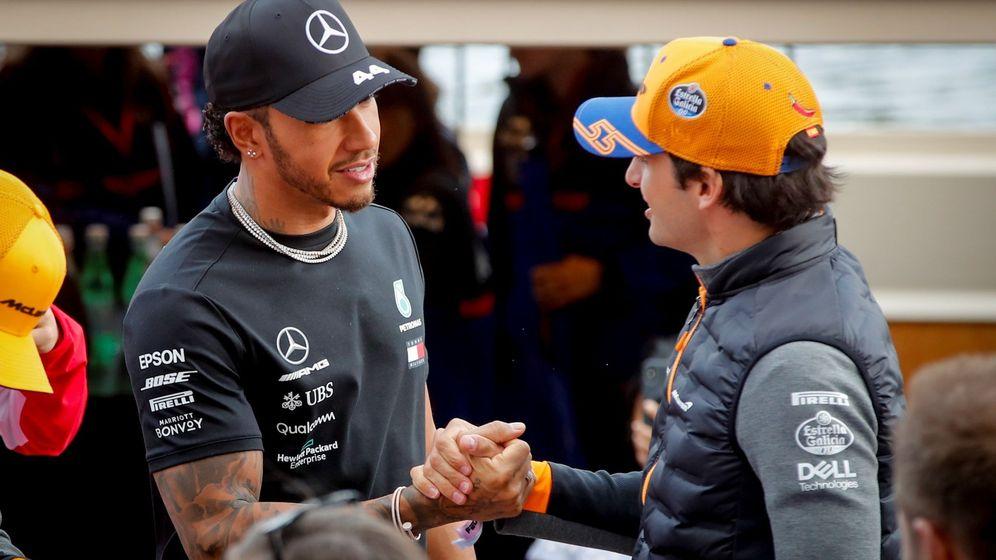 Foto: Lewis Hamilton y Carlos Sainz en Australia del año pasado. (EFE)