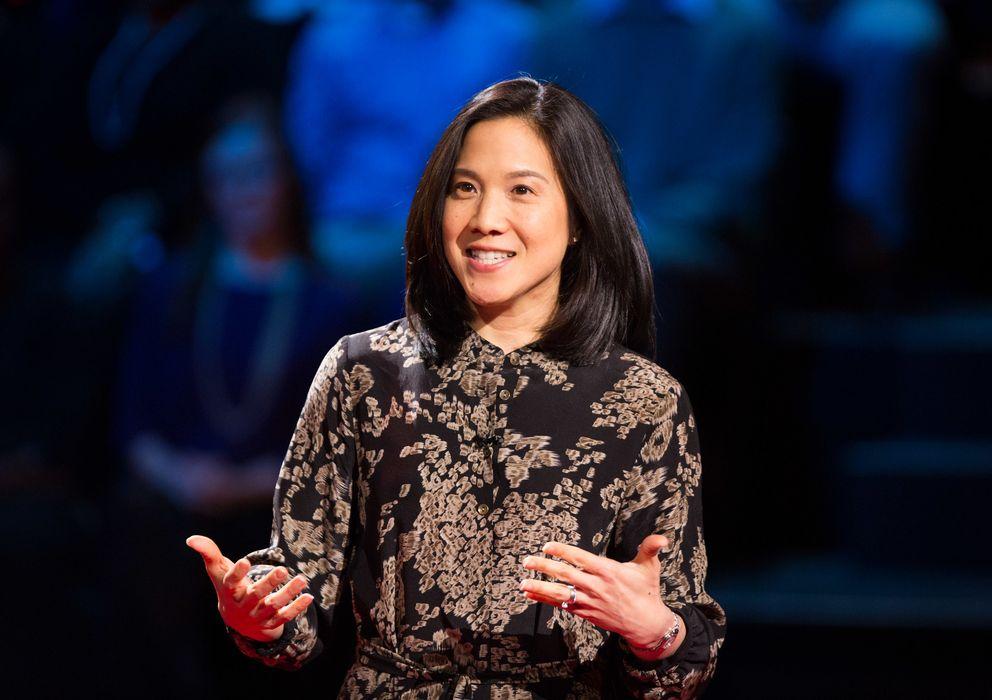 Foto: Angela Lee Duckworth, psicóloga y profesora, durante su charla en el Ted. (Ted)