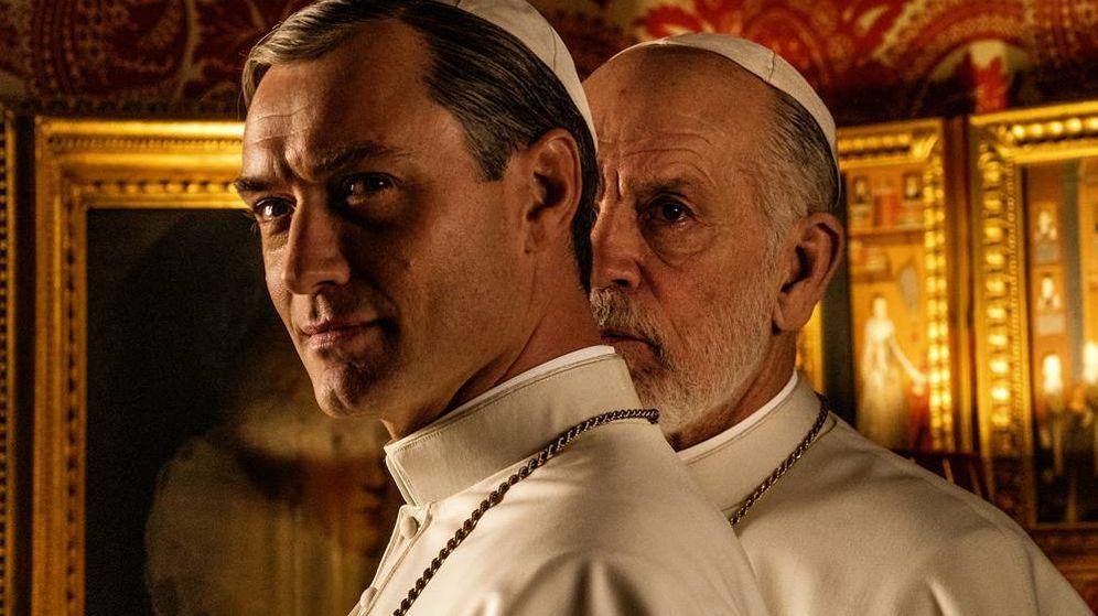 Foto: Jude Law y John Malkovich en 'The New Pope'. (Gianni Fiorito)
