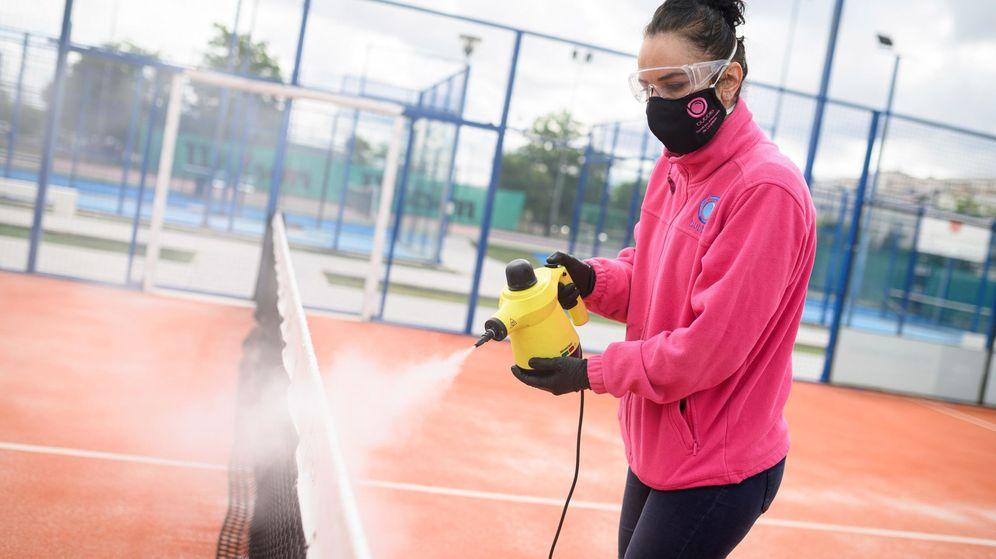 Foto: Una empleado del Club de Pádel Soto desinfecta las pistas del recinto en Torrejón de Ardoz. (EFE)