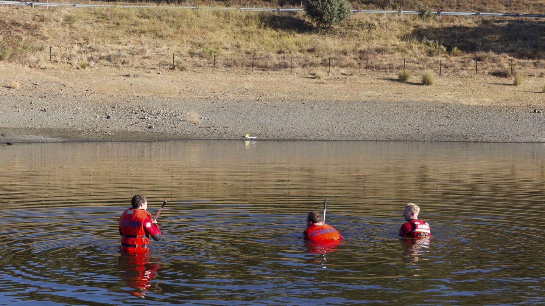Una de las batidas organizadas para encontrar alguna pista sobre Manoli. Efectivos rastrean un pantano. (EFE)