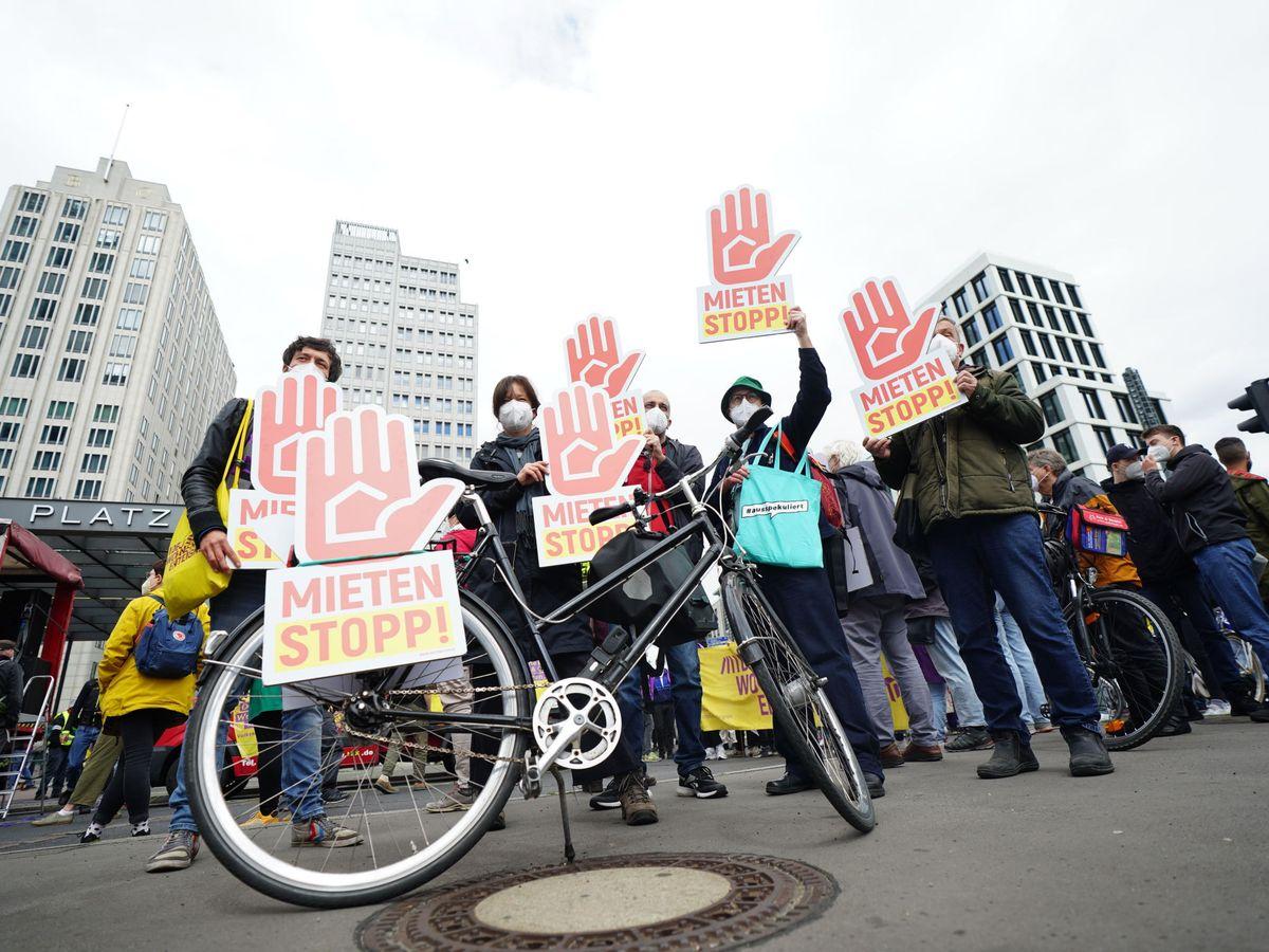 Foto: Manifestación contra los altos precios del alquiler de las viviendas en Berlín. (EFE)