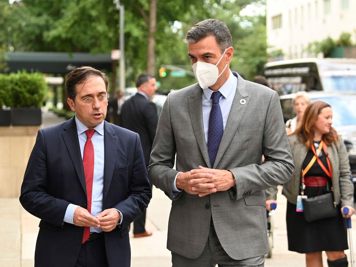 Foto: El presidente del Gobierno, Pedro Sánchez, acompañado del ministro de Asuntos Exteriores José Manuel Albares. (EFE)