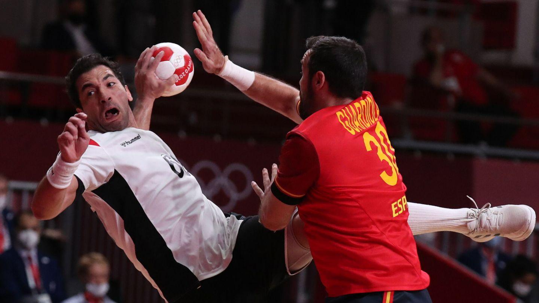Gedeón Guardiola busca bloquear el lanzamiento. (EFE)