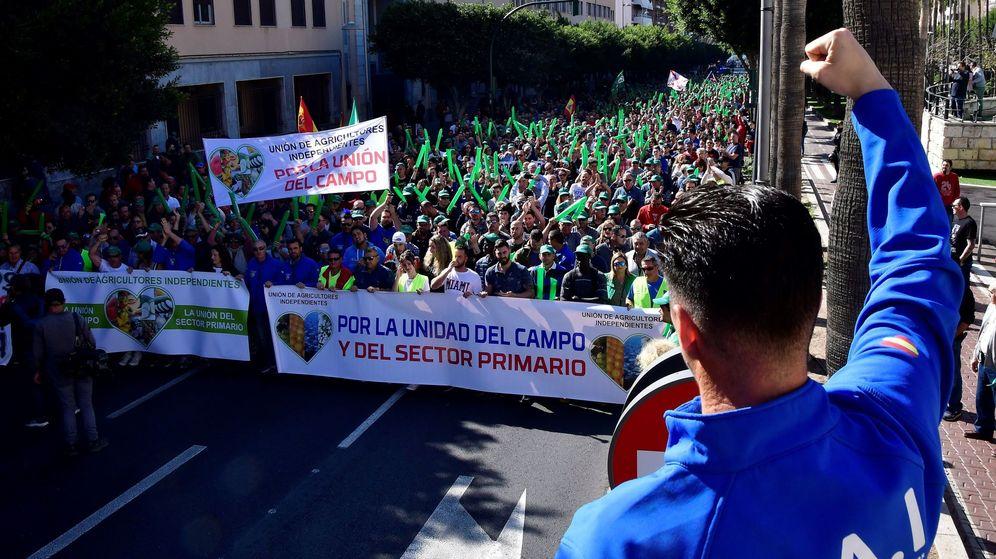 Foto: Joaquín López, más conocido como Bernabé, en una de las manifestaciones de los agricultores en Almería. (EFE)