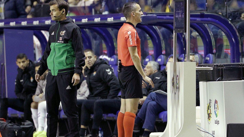El árbitro ve en el monitor una repetición que el espectador no tiene. (EFE)