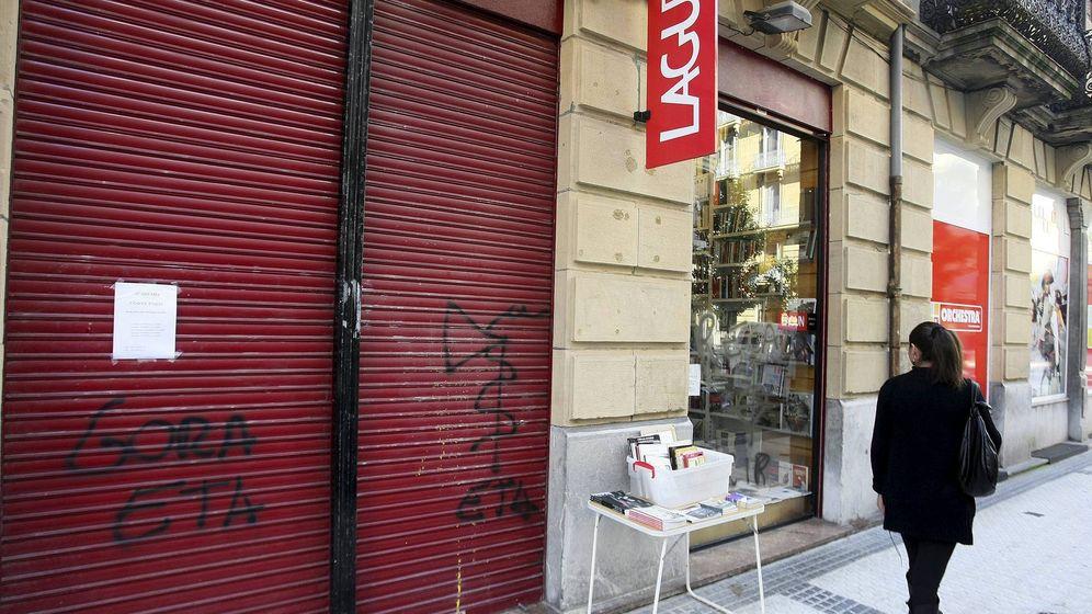 Foto: Fachada de la librería Lagun con una pintada contra el ex consejero vasco José Ramón Recalde (EFE)