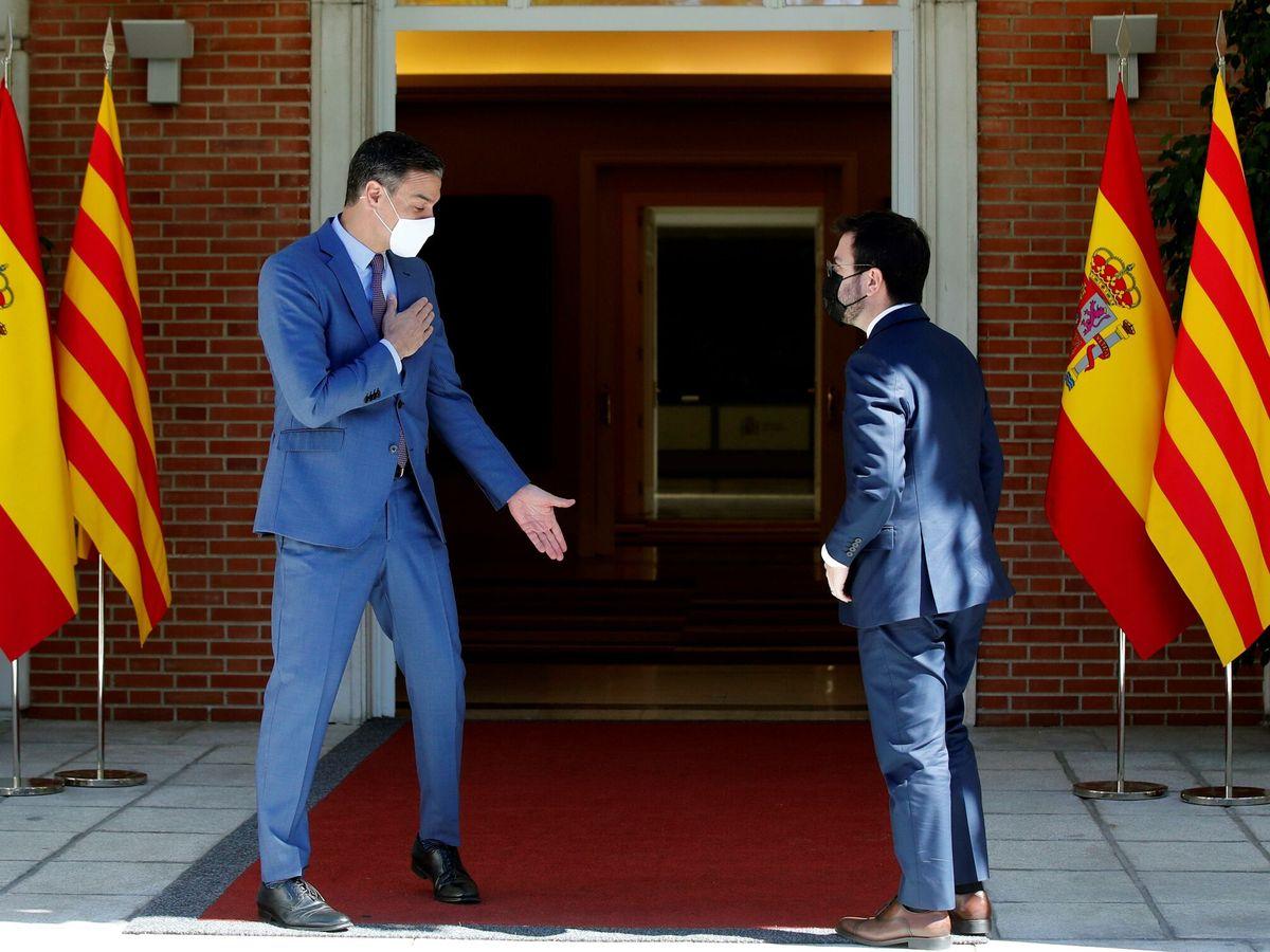 Foto: El presidente del Gobierno, Pedro Sánchez (i), recibe al presidente de la Generalitat, Pere Aragonès, durante su encuentro este martes en el Palacio de la Moncloa. (EFE)