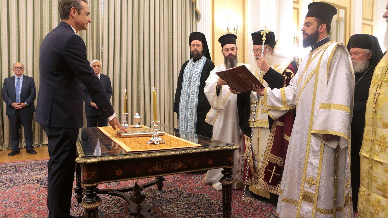 El líder de Nueva Democracia y ganador de las elecciones griegas, Kyriakos Mitsotakis, jura el cargo ante las autoridades religiosas. (Reuters)