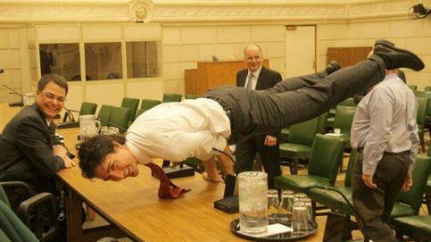 La 'olvidada' foto del primer ministro de Canadá haciendo yoga rescatada por Facebook