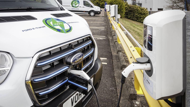 En los 'wallbox' especiales diseñados por Ford la recarga se realiza en 8 horas. Pero la E-Transit también podrá cargar su batería de 67 kW en estaciones rápidas.