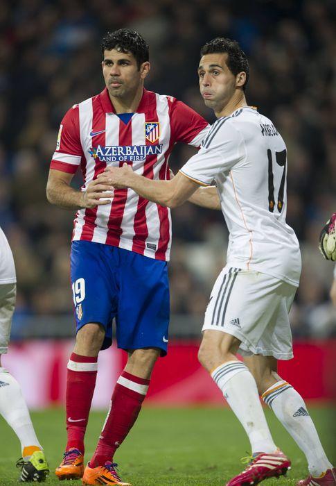 Foto: Diego Costa y Arbeloa forcejean en las semifinales de Copa. (Imago)