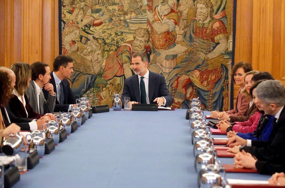 Foto: El Rey preside el primer Consejo de Ministros deliberante con Pedro Sánchez de presidente, este 18 de febrero. (EFE)