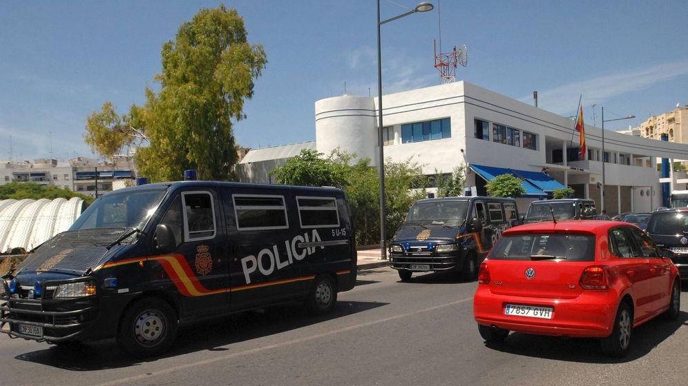 Foto: Furgones de la Policía Nacional frente a la comisaría de Marbella (Málaga), en una foto de archivo. (EFE)