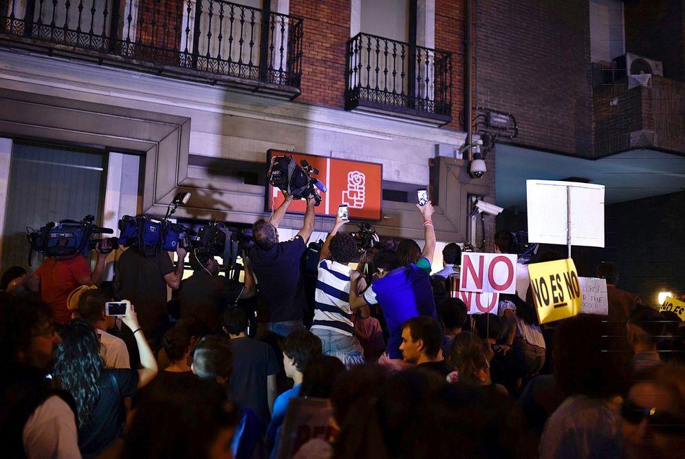 Foto: La sede del PSOE, en la madrileña calle de Ferraz, el pasado 1 de octubre, en la jornada más negra de su historia reciente. Hoy en cambio tocó el Gordo. (EFE)