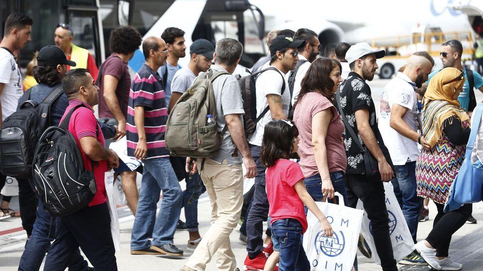 Foto: Llegada de 164 refugiados al aeropuerto Adolfo Suárez Madrid-Barajas, en agosto. (EFE)