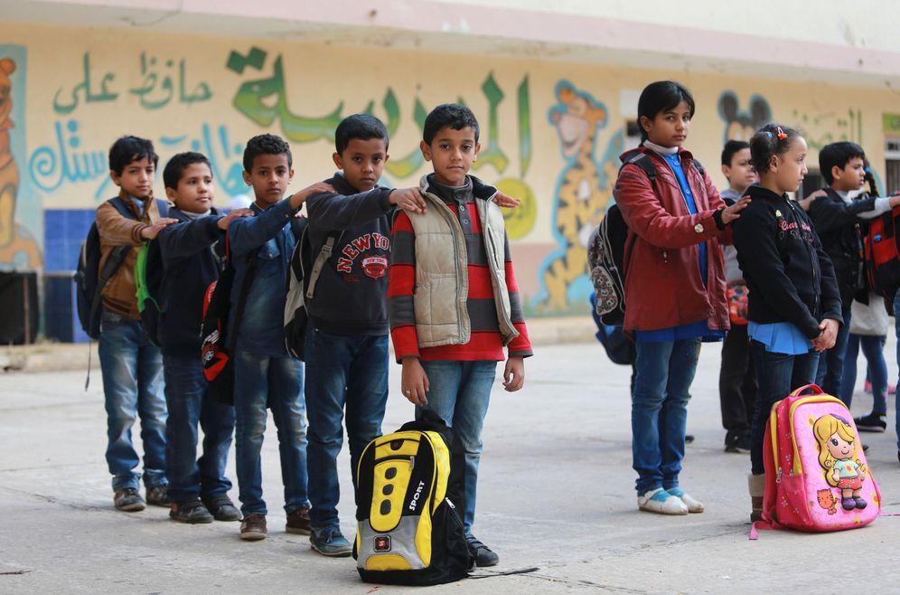 Foto: Estudiantes forman filas para entrar en clase en el colegio reabierto después de que hace un año y medio los combates en Benghazi provocasen su cierre (Reuters).