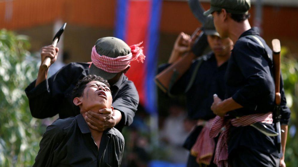Foto: Un grupo de actores recrea las matanzas de los Jemeres Rojos en una obra durante el Día de la Ira en la que cada año los supervivientes del genocidio recrean a las víctimas. (Reuters)