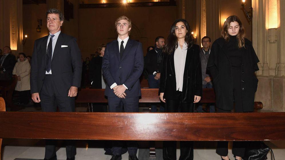 Foto:  Cayetano Martínez de Irujo, Luis Martínez de Irujo, Bárbara Mirjan y Amina Martínez Irujo en la misa por el cuarto aniversario de la duquesa de Alba. (Cordon Press)