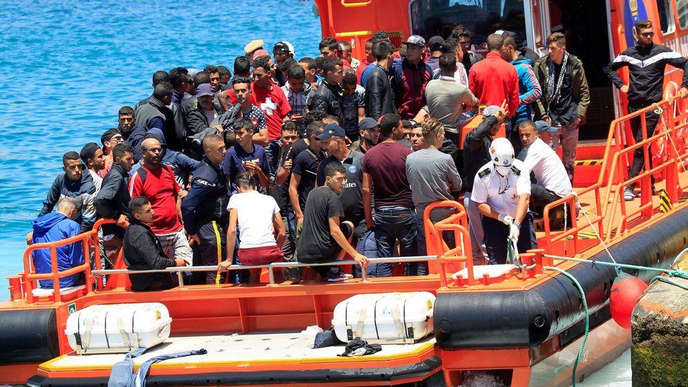 Foto: Inmigrantes rescatados por Salvamento Marítimo en Cádiz. (EFE)