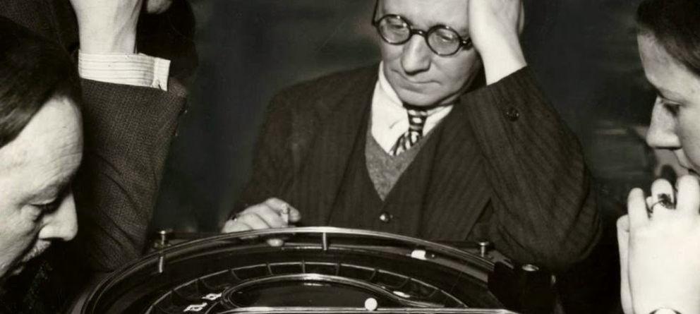 Foto: Varios jugadores observan la ruleta Straperlo.