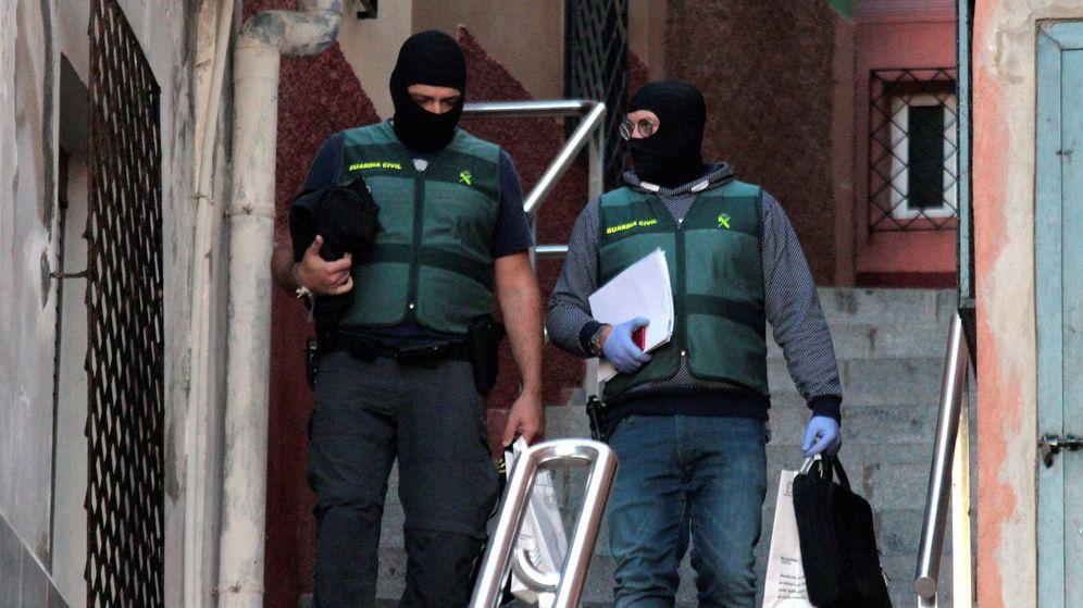 Foto: Miembros de la Guardia Civil durante la operación en Ceuta. (EFE)