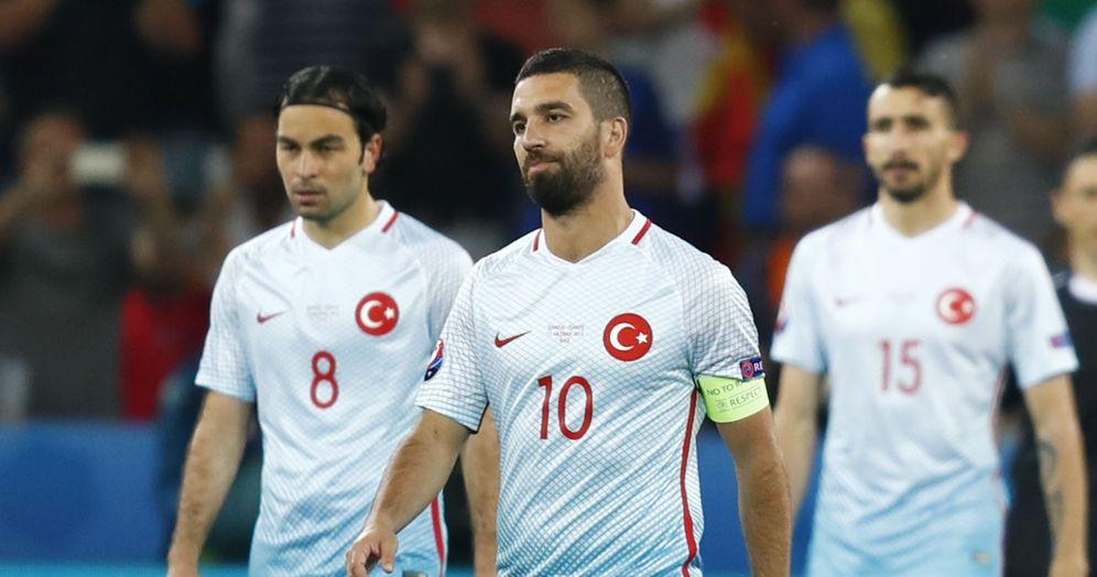 Foto: Arda Turan fue declarado culpable por la afición de Turquía, que censuró nuevamente su juego (Reuters)