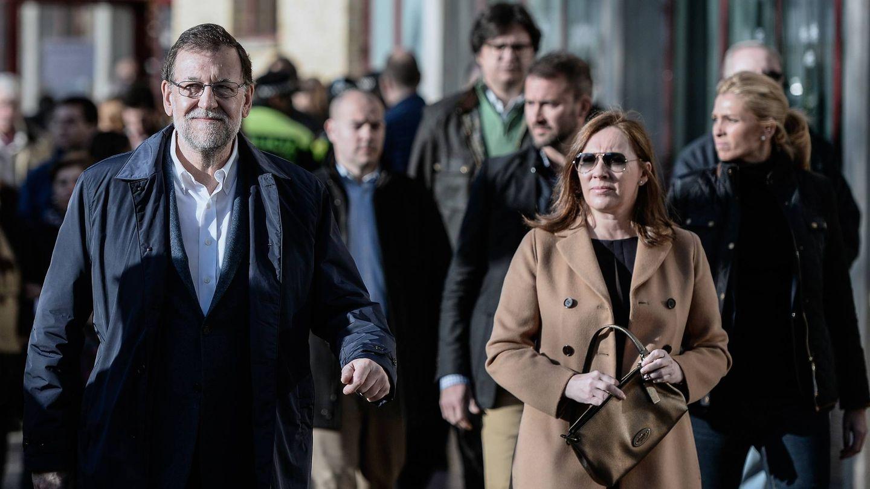 Mariano Rajoy y Elvira Fernández, paseando. (Getty)
